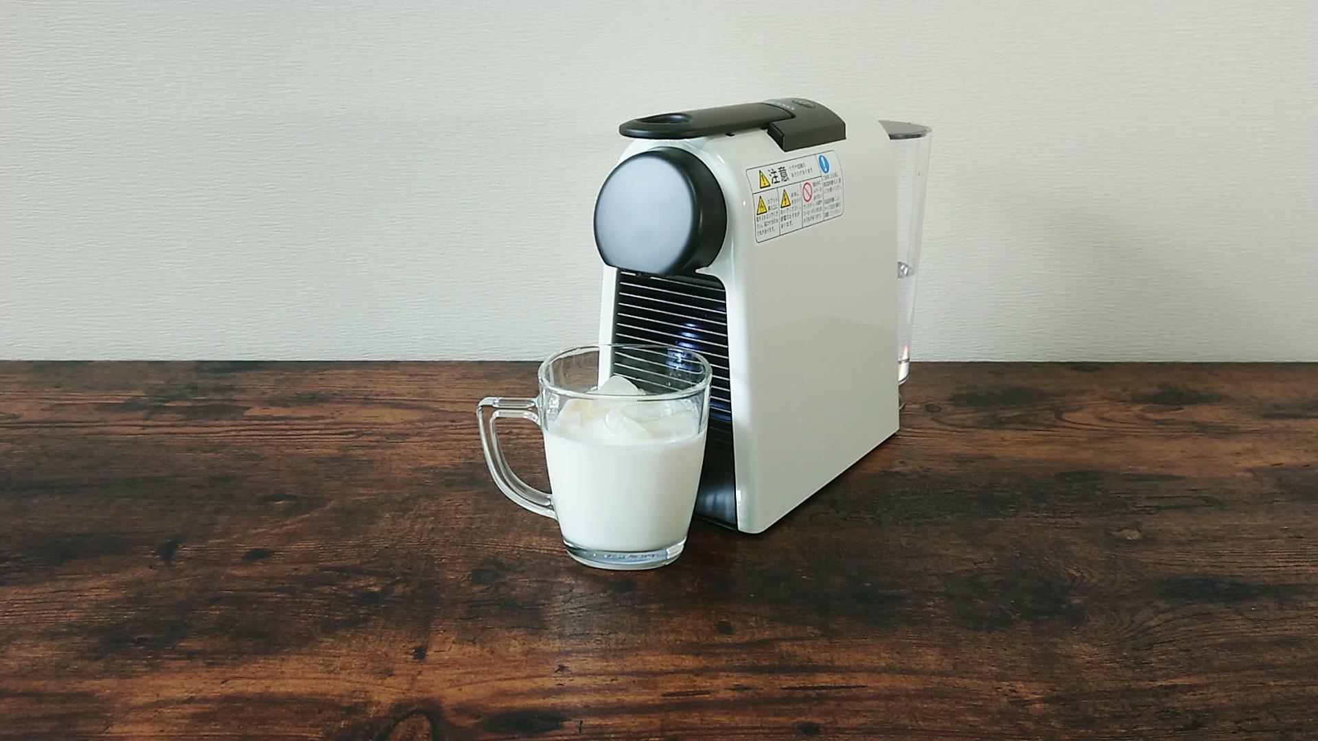 カップに氷と牛乳を入れておく