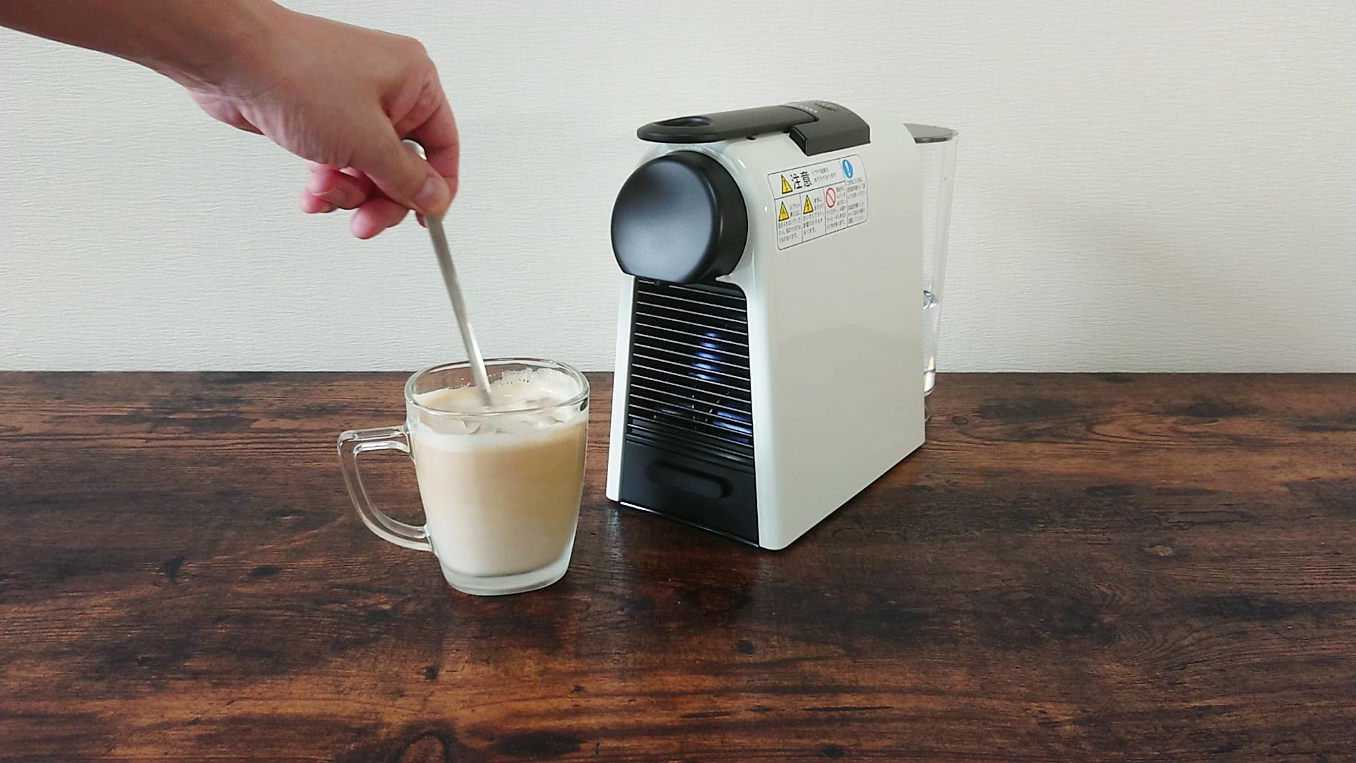 カフェラテをかき混ぜる